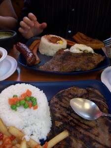 colombian food 225x300 <!  :en  >La Bandeja Tipica/Paisa Colombias favorite dish<!  :  >