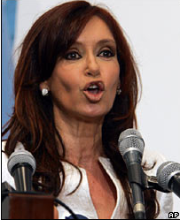 Video: Argentine President Falls & cuts Face