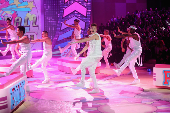 WorldView: Justin Bieber Performs As Long As You Love Me And Beauty And A Beat On Victoria's Secret Fashion Show 2012