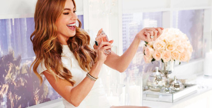 Sofia-Vergara-Spraying-the-Fragrance-ftr1
